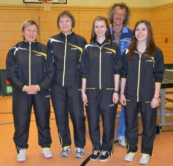 unsere Damen 3 in der Oberpfalzliga: v.l. Marion Voit, Monika Bothner, Vanessa Bathelt (jetzt Damen 2), Sonja Scheuerer und Betreuer Tom Körtl (es fehlt Jirina Kapol, die auch bei den Damen 2 spielt)